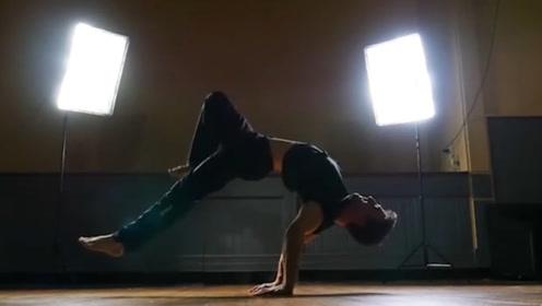 肌肉猛男展示超级绝活,完美核心力量炫酷玩转!
