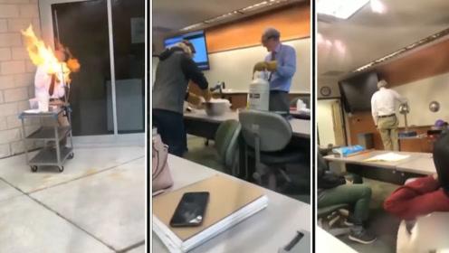 别人家的老师!69岁美国大学教授网络走红 物理课上躺铁钉玩火踩高跷