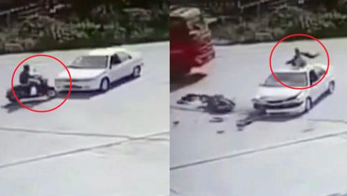 广西一电动车与小车迎面相撞 监拍:冲击力下骑手直接落在车顶