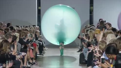 气球做衣服!走在时尚的前端!真是个性!