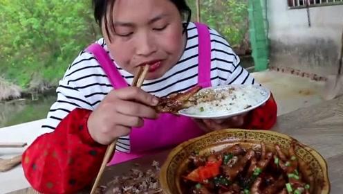 """胖妹化身""""吃鸡达人"""",买了3斤鸡爪啃上瘾,酱汁拌饭老香了"""