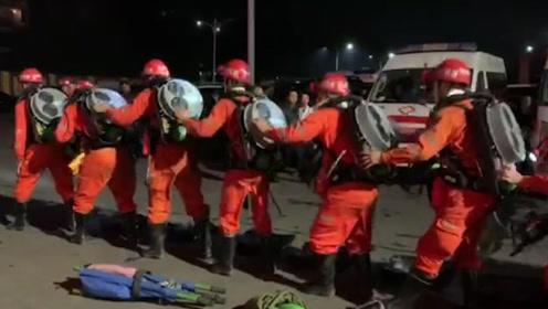 直击宜宾煤矿透水救援:增援力量到位,就地检查装备准备下井