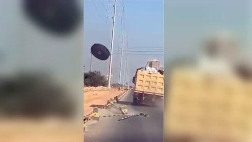 惊险实拍!泥头车轮途中弹飞撞毁路边隔离墩