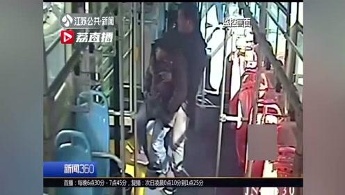 """残疾乘客坐公交 享司机""""抱送""""服务"""