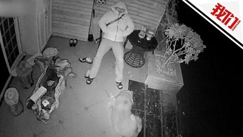 民警加班至凌晨回家 怕打扰家人睡在门外椅子上