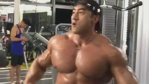 练完胸肌摆个造型,运动健身胸肌美男子,你这是要迷倒多少美少女啊!
