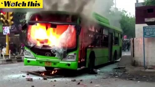 印度爆发大规模示威多人死亡 大巴被点燃升起滚滚浓烟