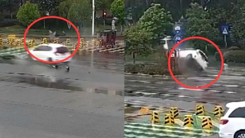 云南一小车闯黄灯撞上提前转弯摩托车 骑手被撞飞 小车冲上道路