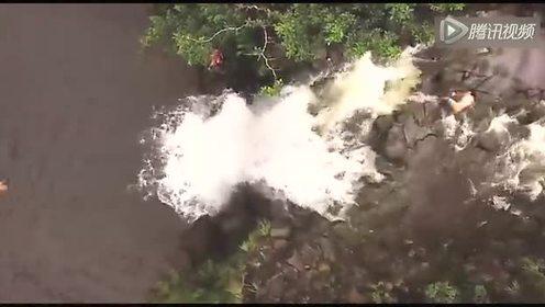 航拍男子在瀑布上戏水 眨眼间被滚滚山洪冲走