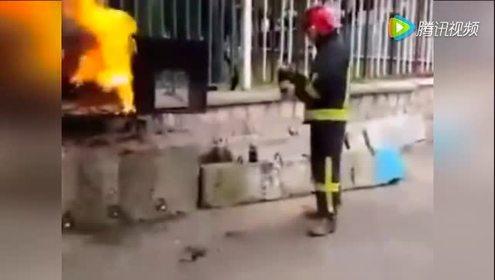 神技!消防员实力展示用可乐灭火
