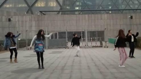 街头跳舞 引路人围观