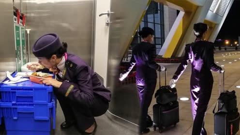 实拍高铁乘务员的一天 吃饭只能蹲在角落!