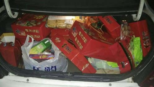 车主忘锁车门 后备箱20万现金被偷