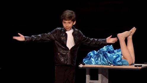国外达人秀10岁男孩儿魔术师表演的分体魔术,让全场都惊呆了