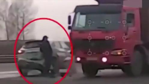 SUV冒死别停大货车只为救路人,记录仪拍下这惊魂一幕!