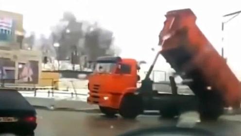 开车不放下翻斗高速公然玩倒立,后车司机被吓坏!