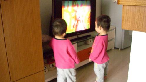 4岁男孩心智迷失冲向大卡车!看电视的2大隐性危害现在知道还不晚!