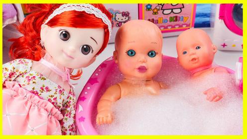 宝宝的洗澡浴缸里有好多惊喜蛋 小猪佩奇给宝宝洗澡 扮家家