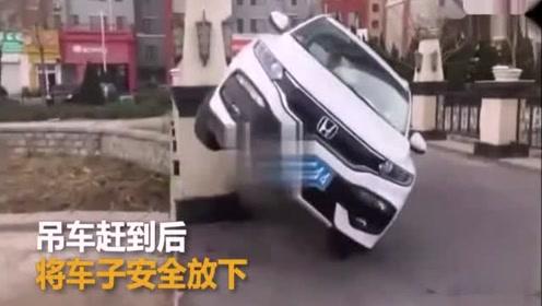"""监拍女司机开车遇到""""鬼"""" 将车开到柱子上合影留念"""
