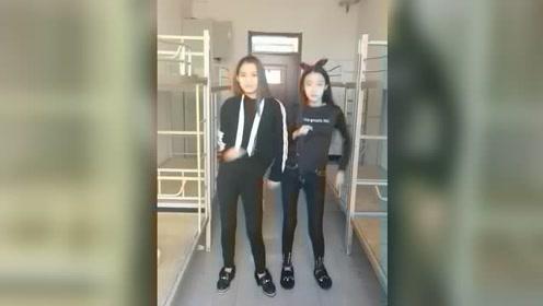 两大美女宿舍里跳舞,据说左边妹子是校花,美得一塌糊涂