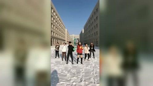 现在的学生太会玩了,雪地里面跳舞,感觉红衣服妹子会很冷