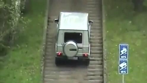 有钱真好!任性车主开越野车强爬台阶