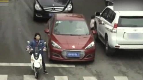 小孩穿越马路 司机根本没注意到