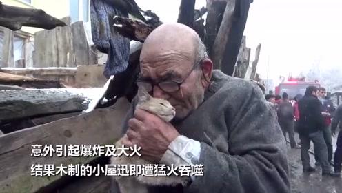 土耳其老翁目睹大火吞噬家园 抱着猫咪发抖流泪