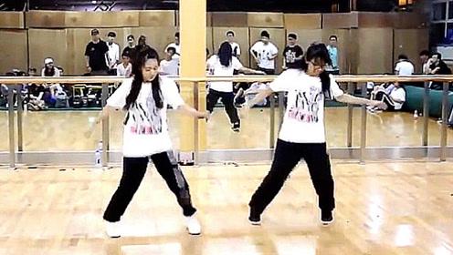 比鬼步舞还火的C-WALK舞步 两位美女跳的真好看