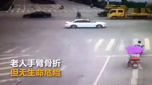 老人骑电动车闯红灯被撞全责 反赔司机2500元