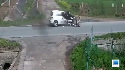 老大爷骑两轮车无视小车横穿马路,结果下一秒悲剧了