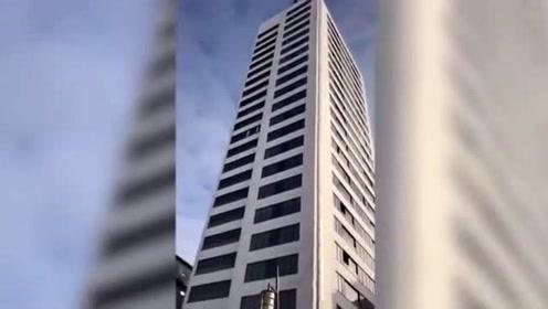 瑞典一男子24层高楼跳伞失误 直摔地面大难不死