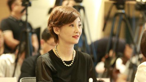 被王志文无情抛弃,嫁大9岁导演,如今50岁做妈妈女儿很高挑!