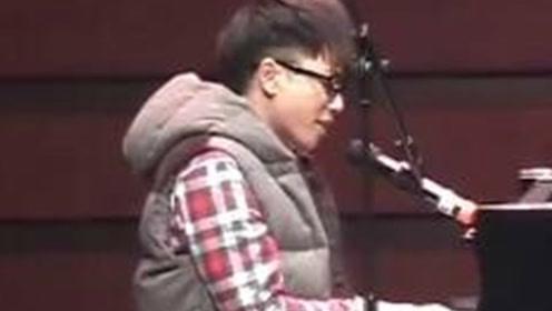 华晨宇大学参加校园歌手大赛时的边弹边唱,当时唱功就很惊艳了