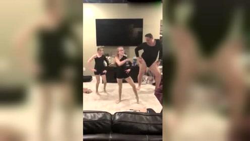 女儿邀老爸跳舞结果老爸抢镜了!