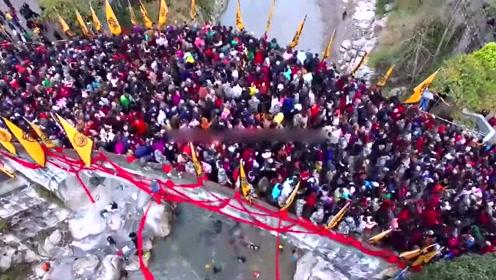 20万人参加踩桥大会 战士组人墙保安全