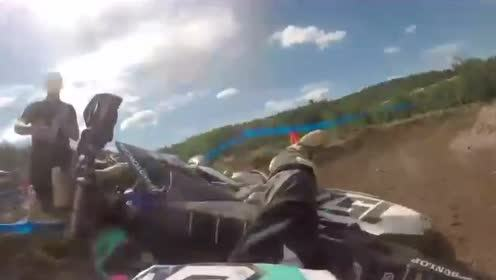 摩托车土路比赛,满路的摩托残骸,一不留神就被碾压而过