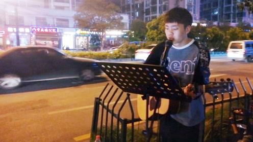 90后小伙杭州街头深情演唱《广东爱情故事》路人纷纷围观