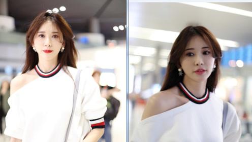 44岁林志玲机场扮嫩! 露肩短袖搭配短裙, 散发出青春气息!