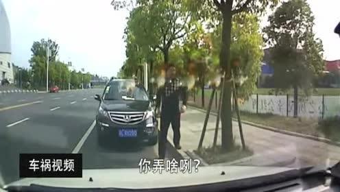 监控实拍:违章停车被罚,贴条被旁车拿走后,反倒贴到自己车上