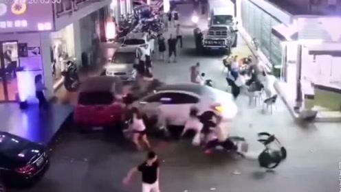 惊魂一幕!飞驰轿车突然冲向人群 多人被当场撞翻倒地