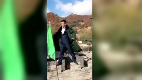 宋晓峰你很皮啊,站这么高也不怕摔着,快下来吧!
