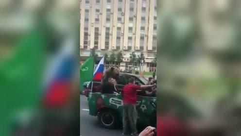 庆祝世界杯胜利!俄罗斯大熊又上街了