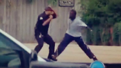 笨贼反抗竟与警察耍格斗,结果他顺利的被拷走
