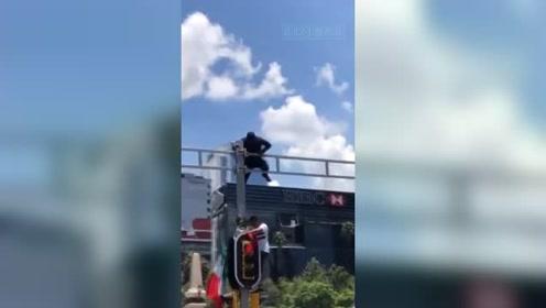 墨西哥球迷爬红绿灯摇旗 引来警察
