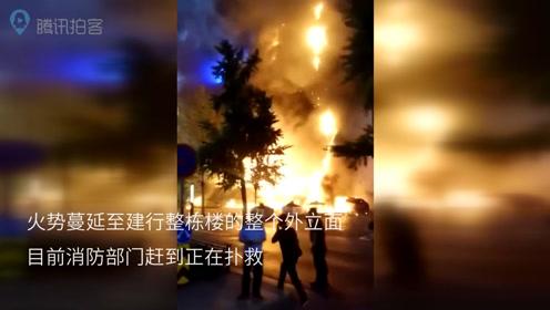 陕西西安南大街附近发生火情 现场火势凶猛