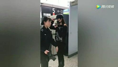 欧阳娜娜,通过安检的姿势也是帅呆了。