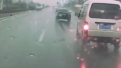 这才是真正的老司机,关键时刻一个漂移避免了一场车祸