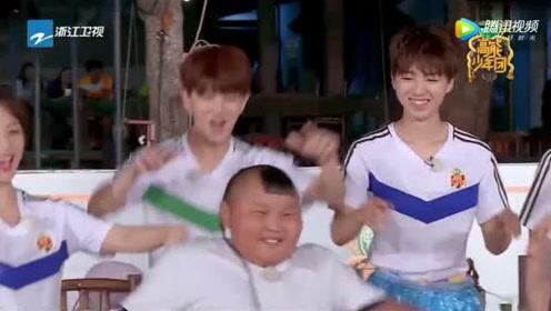 王俊凯杨紫现场跟着外国友人学跳《海草舞》,竟一点不输网红,太逗了
