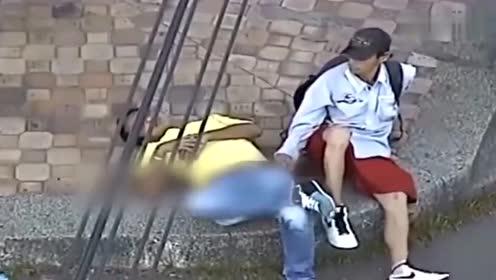 男子醉卧街头,小偷得手后刚要跑,竟遇一群巡警!